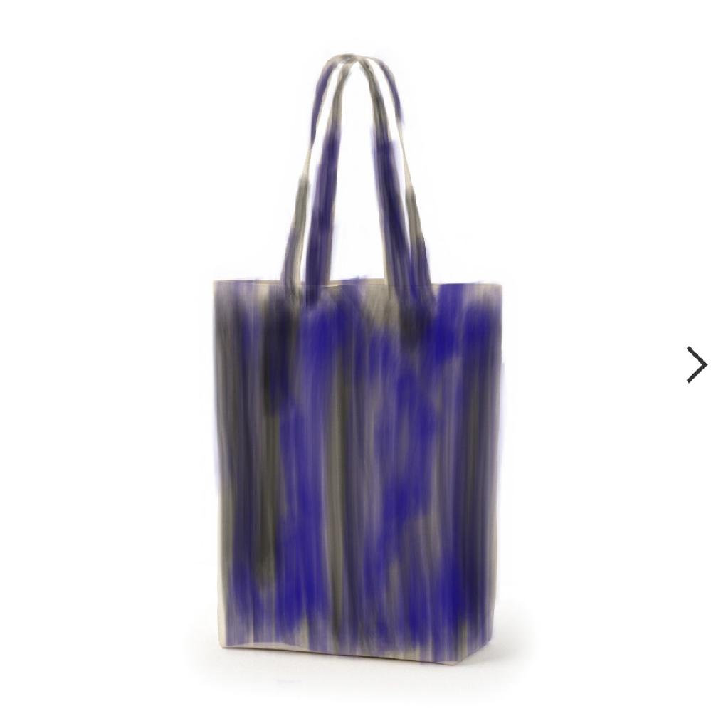 画像のようなトートバッグを探しています。 先日街で女性が持っているのを見て可愛いと思ったのですが、何の手がかりもなく見つかりません。 画像は自分の記憶を頼りに私が作成しました。 青色を中心に...