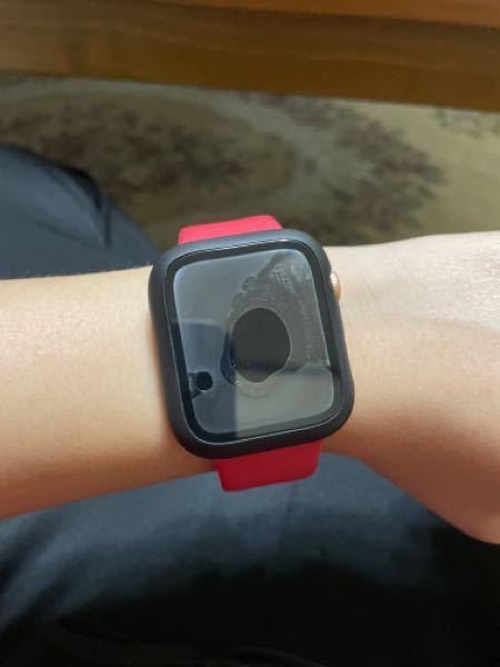 Apple Watchの事なんですけど 私の使ってるケースが フィルムと一体化してるケースで これを付けて手を洗ったらこのように 中に水が入ってしまいました。 これはこのままでいいのでしょうか? それともこのままで悪いようでしたら どうしたらこの水は取れますか? 誰か教えて下さいお願いします。