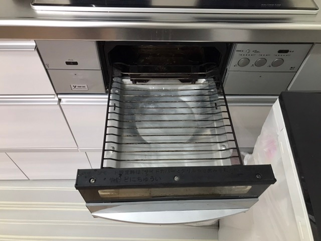 ガステーブルで魚を焼く時に、どうしても魚の皮や身の一部がこびり付いてしまい、放って置くとすぐに生臭くなってしまうので、できるだけ早く洗剤とスポンジで洗っているのですが、 これが結構な手間なので何かこびり付かなくする方法はないでしょうか? よい方法、アイデアがありましたら教えてくださいませ。