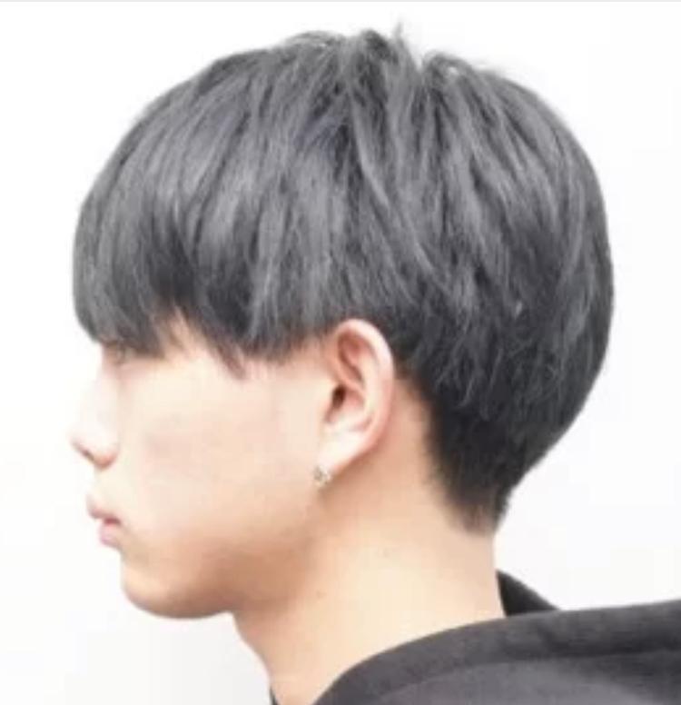 髪型についての質問です。 中学生男子です。 校則でツーブロックが禁止されているのですが、マッシュのような髪型にしたく、理髪店で下の画像を見せて切ってもらうと思うのですが、この髪型はツーブロックに入りますか? QBハウスに行く予定です。 「ツーブロックにはしないで」と言えば、ツーブロックではないマッシュ風の髪型になりますか?