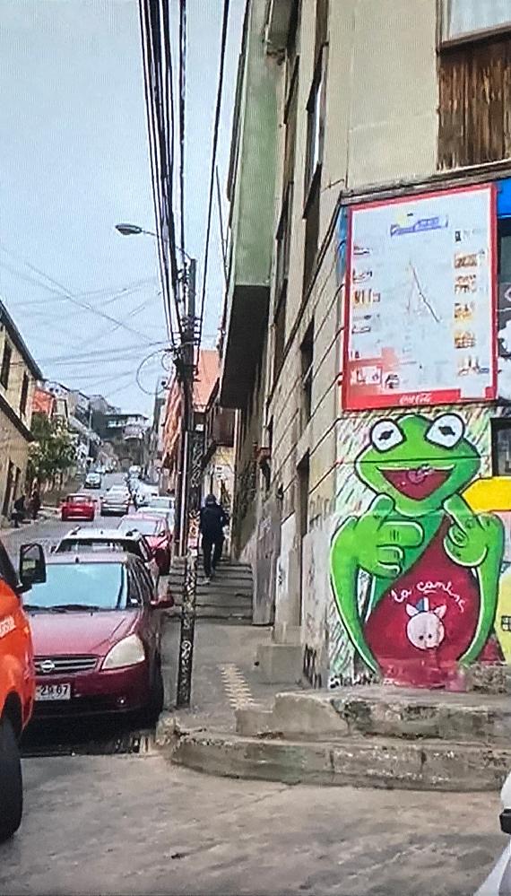 チリのバルパライソで、この蛙の壁画がある場所はどこなのか詳しい方教えてください。 画像は上から順に左から右に移動させたもので同じ場所です。 https://i.imgur.com/MGakcDL.jpg https://i.imgur.com/1WYvrs5.jpg https://i.imgur.com/FCk8FA2.jpg https://i.imgur.com/33wGf9E.jpg https://i.imgur.com/n4WBN3t.jpg