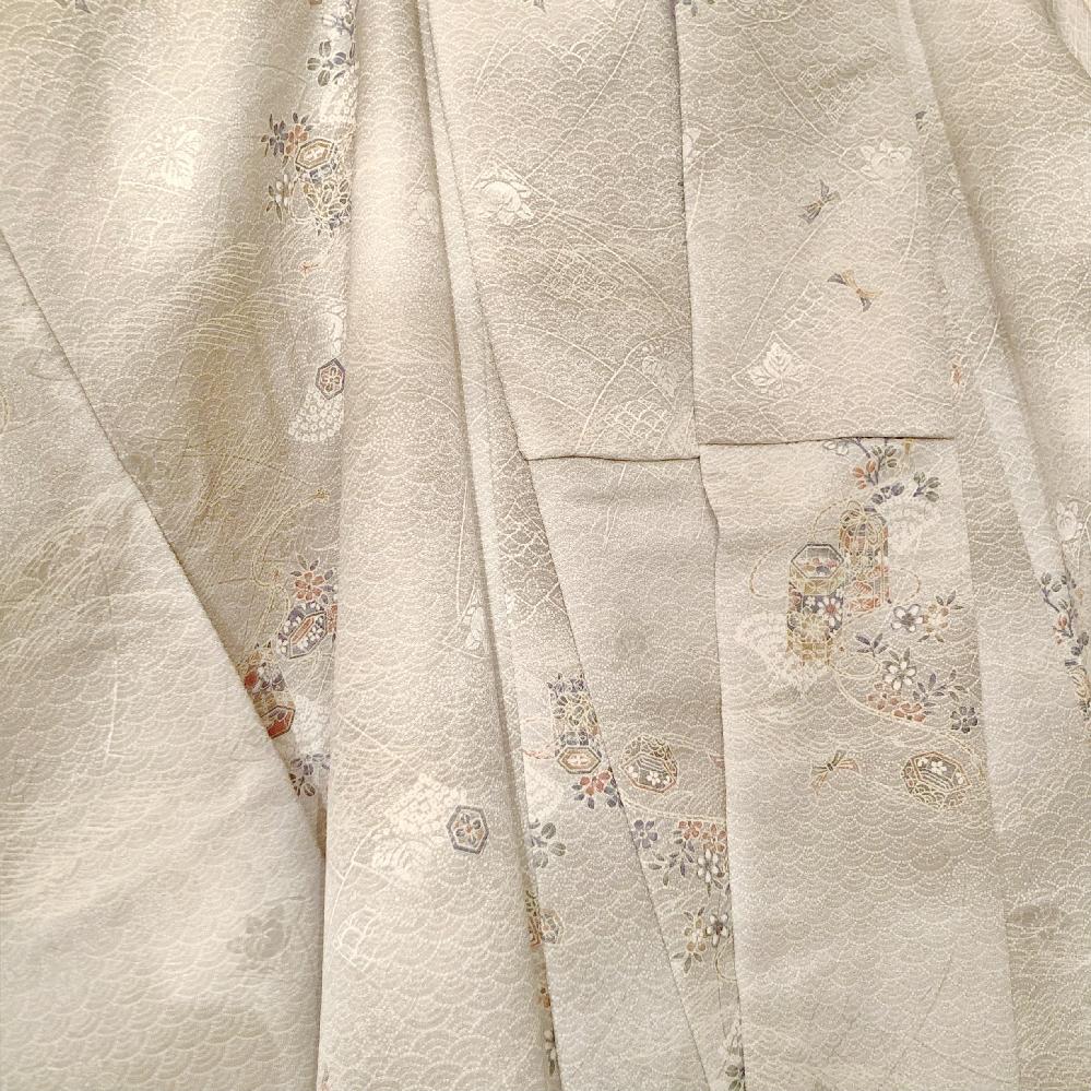貝桶柄?の小紋の帯について 先日知り合いからお着物を頂きました。 着物初心者でしてよくわからず頑張って調べたところ、貝桶の模様の小紋ではないかな?というところまではなんとか辿り着けました。 こちらに合わせる帯ですが、名古屋帯が良いとネットで見つけたのですが、金銀の糸は使っていない方がいいのでしょうか? また、貝桶柄にはどのような柄の帯が良いのでしょうか? 帯揚げ帯締めについてもこれはダメ、こういうのは良いなどありましたらご教授願います。 部屋の照明の関係で色が上手く出ませんでしたが実物はもう少し爽やかなグリーンです。 私は20代後半で、普段お友達とのショッピングやランチに着ていきたいと思っていますが、今時な個性的なコーディネートよりは上品なコーディネートが好きです。詳しい方、よろしくご教授ください。