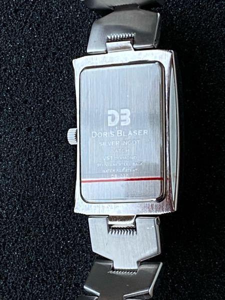 腕時計の裏に貼ってある「赤いラインのシール」って何ですか? よくある「電池の通電を防止」しているシールですか?