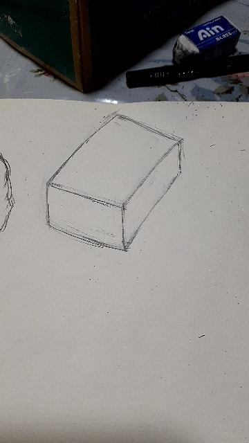 観察力やものの形を捉える力を養いたく、実物の箱を見ながら描いてみました。おかしいでしょうか?