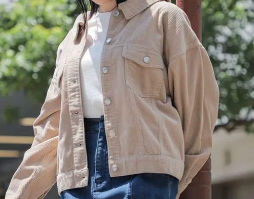 このジャケットに、下は何を合わせようか迷っています… •ジャケットはコーデュロイ生地 •中に着るのは白いTシャツ です。 膝少し上くらいのスカートを合わせたいのですが、何色•どんな形•どんな生地が合うと思いますか? 甘めの雰囲気にしたいです。 センスがなく… アドバイスお願いします!