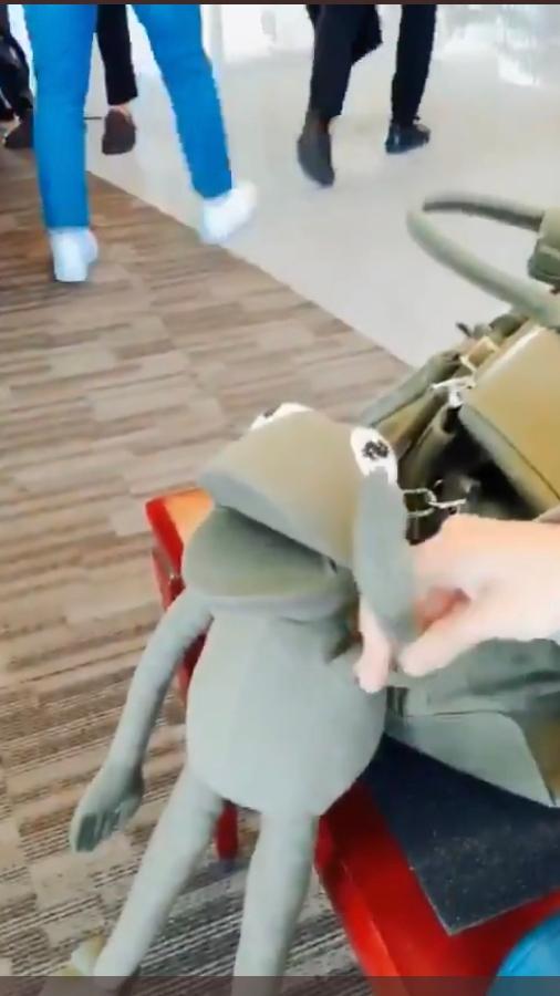 BTS ホビが2018?頃に持っていた、カエルのついたカーキのバッグってどこかのブランドでしょうか。わかるかた教えてください。