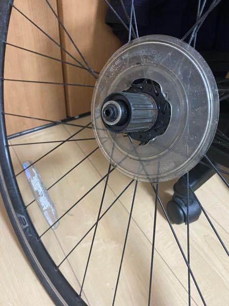 ハブが外せないです。助けてください。 サイクリング中に急にスプロケが両方に回るようになり、 後輪が回らなくなりました。 多分ハブが原因なので外したいんですけど外れません。 FELTのマークがついたハブです! 誰かー教えてください!!!