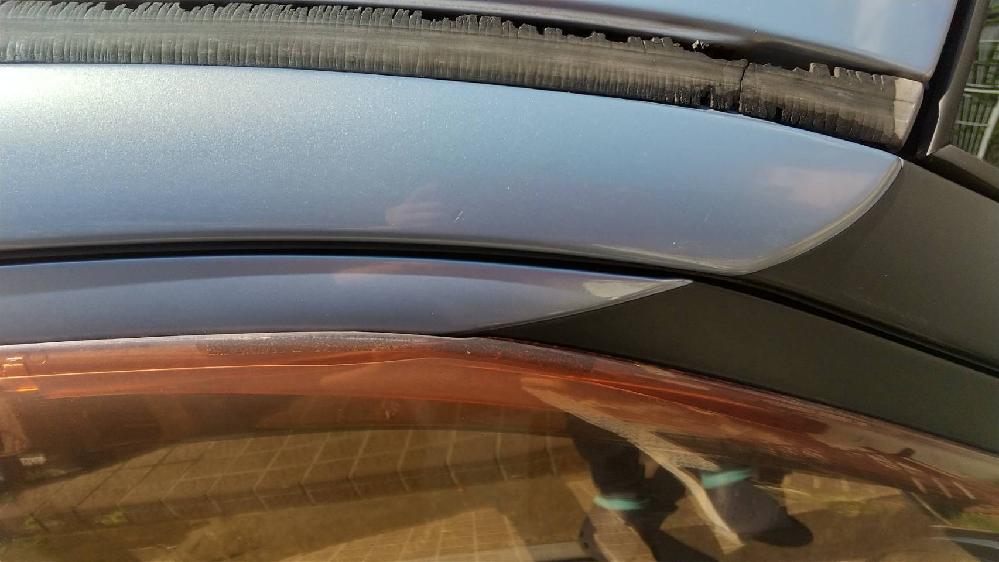 車のドアの上部分です。修理に出したらいくらかかりますか? 劣化してる箇所の名前が分からないので検索できてない(T_T) 自分で直せる場合もあったら教えて下さい!
