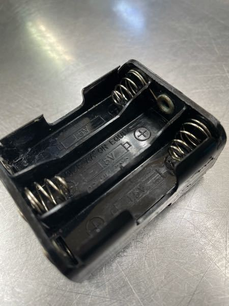 単3電池ボックスですが アルカリ電池6本入れた場合9vになりますよね で、出力出す場合どの部分のプラスとマイナスの2か所から取れば当然9v流れますよね?