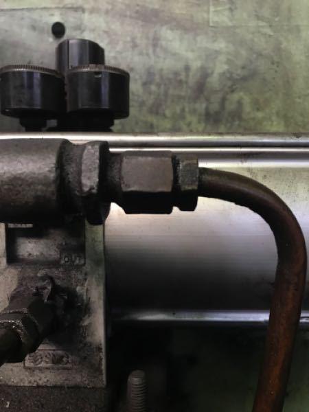 この銅管外すにはどっちのナット緩めたらいいのでしょうか?