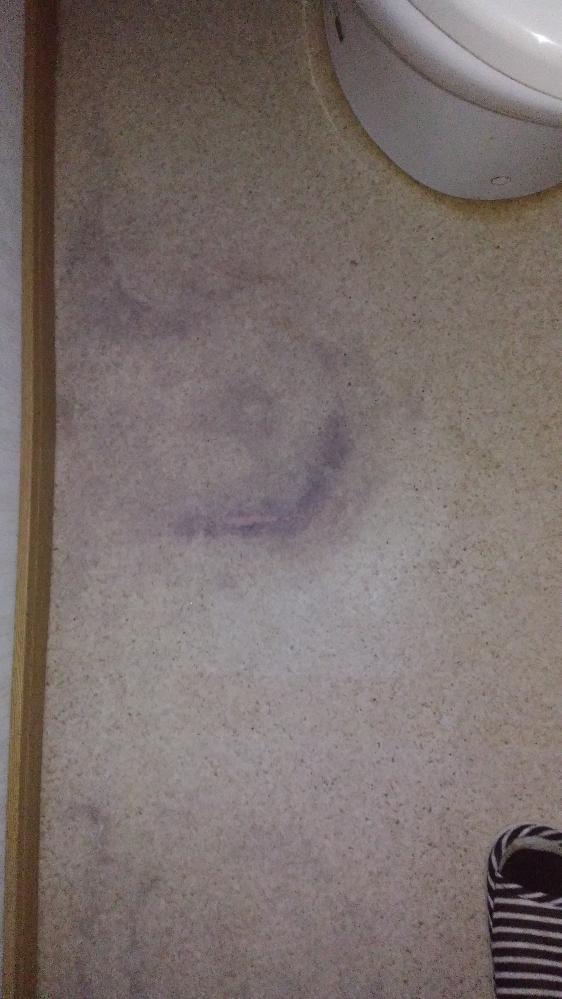 合成樹脂製? トイレの床が何かの具合で黒ずんでます。中性洗剤で拭き取ったり、紙やすりでこすったりしましたが、頑固な汚れで、効き目ありません。どうすれば見やすくなりますか。画像見にくいですが、よろしくお願いします。