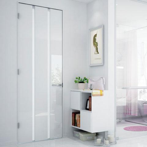 室内の建具塗装について。 中古マンションの購入を考えています。 立地、間取りなどは大方気に入っております。 すでにリフォーム済みの物件なのですが、建具が気に入らないです。 ①室内ドア 室内のドアがピカピカツルツルしたグロッシーな白いものでした。 同じものではないのですが、こういった印象のドアです。 これをマットな白かグレーにしたいのですが、上から塗装はできるのでしょうか? 建具ごと変えた方が安上がりでしょうか? ②キッチン収納の扉 これも、茶色い木目のピカピカツルツルした面材です。 これを普通の木材っぽい感じにしたいと思っています。 カッティングシートなどではなく、交換する方法はありますでしょうか? 内見に行っただけなので、メーカーの品番などはわからずです。 内装や建築に詳しい方、こういった建具は塗装可能か不可能か。 ドアや扉ごと取り替えた方が安上がりなど、教えてくださいませ。