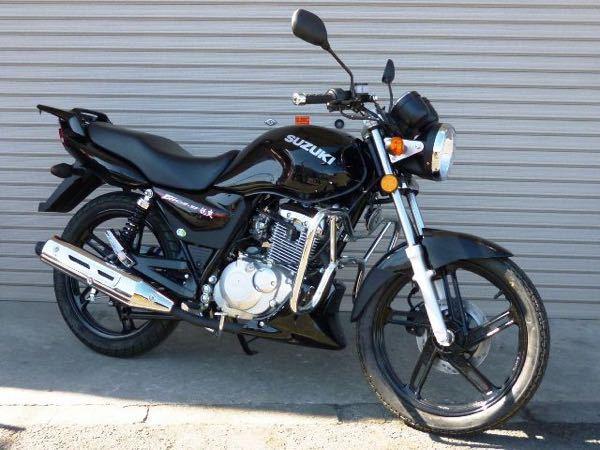 画像の件と、バイク YBR125 について質問です。 ・この画像のEN125のエンジン下の黒いカバー?はなんですか?これはYBR125のもありますか? ・YBR125のおすすめのエンジンカバーありますか? ・スラッシュカットマフラーは低音ですか? 宜しければ教えてください…。お願いします。