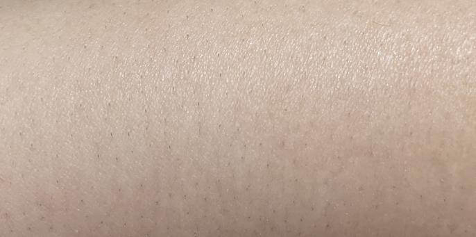 ボディにも使える電動シェーバーで腕のムダ毛を剃ってみました 電動なので深剃りは出来ないんですが他人から見たオッケーラインがわからず、困っています この写真のような腕ならセーフですか! アウトですか! 触った感じはすべすべとはいきませんがよーく触らないとわからない程度です 脱毛などは通ったことありません