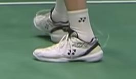 バドミントン選手の桃田賢斗さん関連の質問です。 2021年のトマス杯やスディルマンカップで履いていたあのバドミントンシューズはYONEXという事までは分かったのですが、初めて見るシューズで気にな...