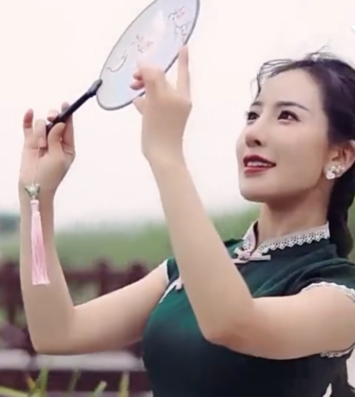 中国人が持ってる金魚掬いのポイみたいなのは、うちわですか?
