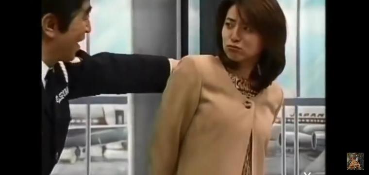 志村けんの 空港荷物検査のコントに 出ていたこの女性は 誰ですか?
