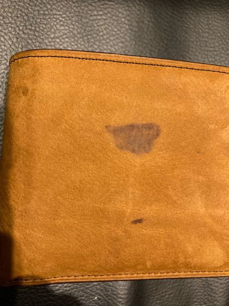 財布の水によるシミの消し方 ヌバック生地の革なんですが水がついて変色してしまいました 購入して1ヶ月程なのでまだヌバックの起毛している感じは残っています 経年変化で馴染んでくるのであればいいのですが今のうちに対処法はありますか?