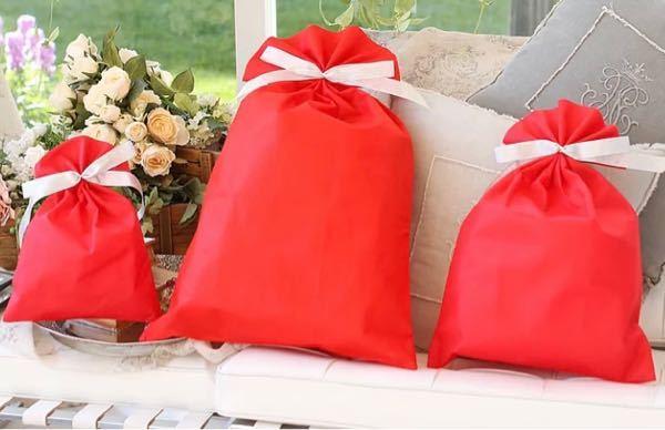 こんな感じのプレゼントを入れるような袋ってどこに売ってるか、ご存知の方いたら教えてください!ネットじゃなくて実店舗で買いたいです。早めに欲しいのと、送料がかかるので...。
