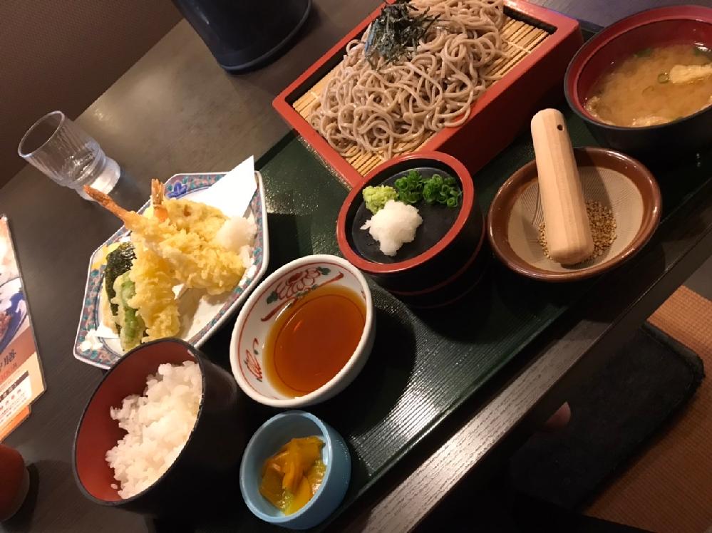 そばってざる蕎麦が1番美味しさを引き立ててくれるような気がしますので毎回食べたくなったら ざる蕎麦にして食べてます 料亭の天ぷらはサックサクで生地も厚くて凄く美味しいです 家庭でも美味しい天ぷら作れるのでしょうか レシピ見てても薄っすら天ぷらになってました 不思議ですね 最後にゴマは何に使う用に用意されてるかが謎で味噌汁に少し入れてます(笑) 今日も凄く美味しかったです 衣厚めの天ぷら作り方知ってる方教えてもらえましたら嬉しいです^ - ^