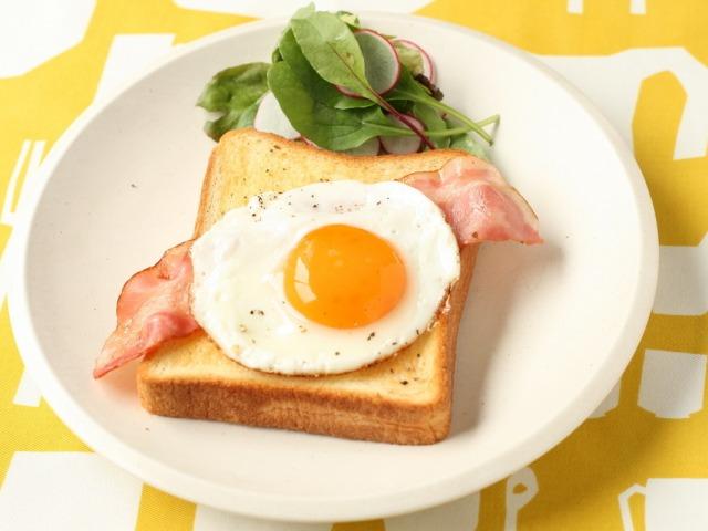 こんばんは トーストに目玉焼き 皆さんは これはアリですか??