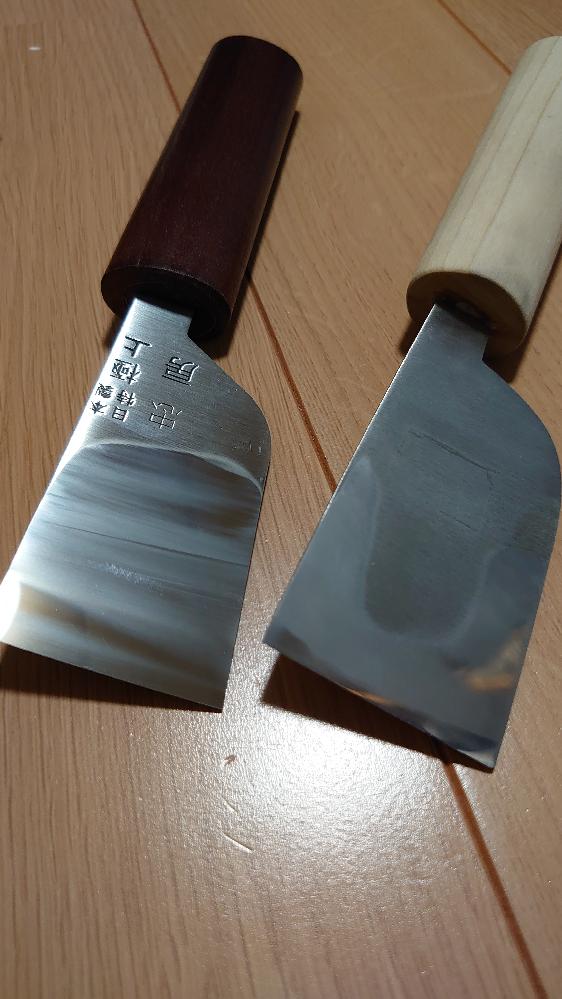 片刃革包丁の裏押しがうまく行きません。 趣味のレザークラフトで使用する片刃の革包丁(裏漉きなし)の裏を鏡面にしようと研いでいるのですが、1500番の時点で何故か一部が曇ったようになってしまいます。 2本研いで、どちらも同じような感じです。 使用砥石は刃の黒幕1500,5000番です。 どうにかピカピカにしたいので、ご教授願います。