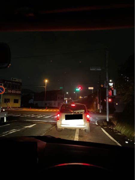 写真のような信号の場合、右折してもいいのでしょうか?緑の矢印の信号の、上と左が光っています。右はもともとないです。 十字路になります。 この前はこの信号の時に、普通に右折したのですが、後続車は右折しなかった(この信号で、止まっていたので、右折してはいけない、と思い止まっていたと思います)ので、私が間違えているのか不安です。