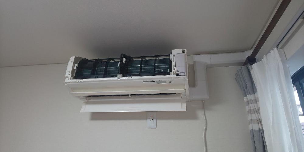 エアコンの取り付けについて エアコン室内機を掃除していたら、内部の受け皿のようなところに水がたくさん溜まっていることに気付きました。 本来は外のホースから排水されるべきものだと思います。 改めて見てみると、室内機と外を繋ぐ部分の取り付けが写真のようになっているので、角度的に水が排水できるはずがなく、施工不良の問題のような気がします。 ひとまず販売店に連絡しますが、設置した業者が来ても、設置に問題はないと言いくるめられそうで心配です。 この設置で明らかな問題があるのか、 どういう業者に来てもらうのがいいのか、 お知恵を貸してください。 ちなみに、リフォームで新しく付けたエアコンなのですが、部屋の構造的にここにしか付けられなかったので、設置した業者がホースはこのように付けて外に出すしかないようなことは言っていたものの、それにより排水ができないとは言いませんでしたし、それならそもそも別の案を検討していました。