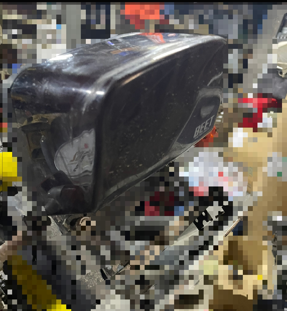 ゼファー400のこのレンズカバーってどうやってとるんですか?? ネジとかはないのですが、 強引に引き抜く感じですかね??