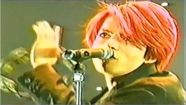 質問です! この髪型のセット方法を教えて欲しいです! ちなみにhyde さんの1997年、東京武道館のものです!