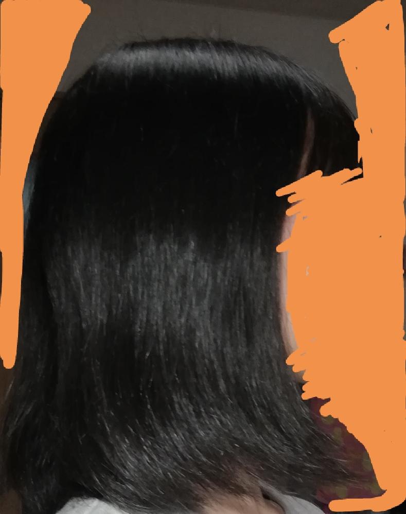 私の髪は、ゴワゴワです。 いつも丁寧にシャンプーやトリートメントをしているつもりなのに、ドライヤーで乾かしたらすぐにこんな感じになります。↓ (これは結構良い方) トリートメントはいち髪のものを使用しています。 その上ヘアゴムの跡がとてもつきやすく、 ゴムを外すと自分でも笑うくらい 髪が波打っています。 本当に癖がひどい時はヘアアイロンを使用しますが、私のやり方が下手なせいか あまり真っ直ぐになりません。 どうしたら最近の女の子のような綺麗でサラサラな髪になりますか? 縮毛矯正は、事情があって出来ないのでそれ以外で何か対策があればお願いします。