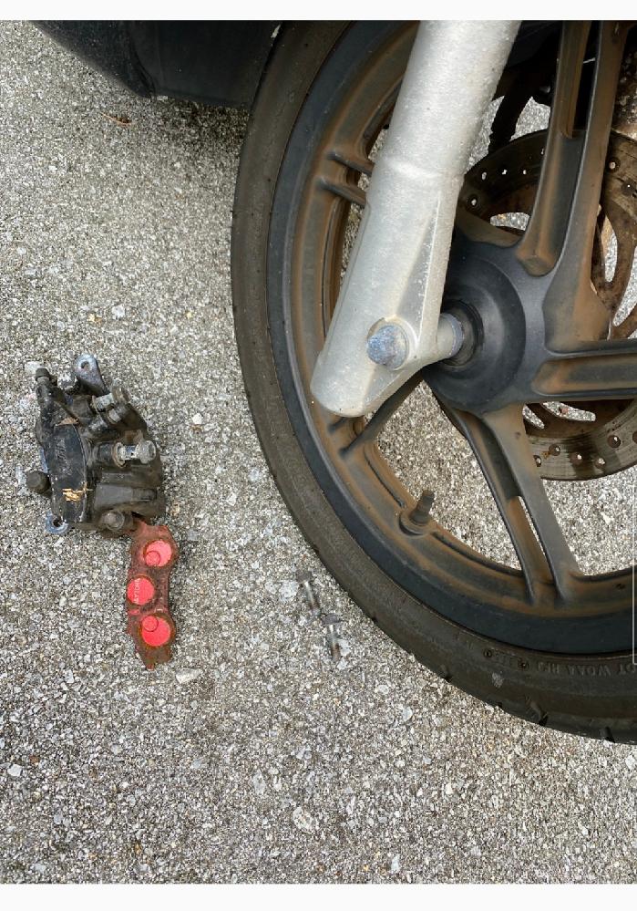 PCX150の部品について 先日所有しているPCXに乗ろうと思って発信したところ、直後に「カラン」と音がしたとともに、写真のパーツが前輪のほうから落ちました。 右ブレーキがスカスカになっている...