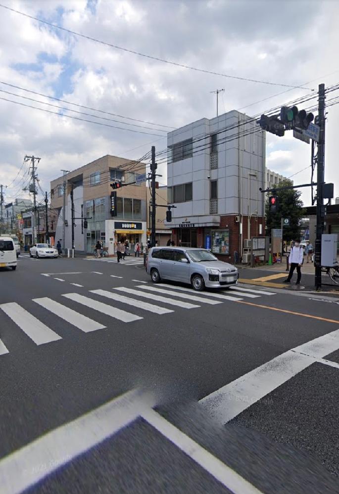 交差点での停止位置について 閲覧頂きありがとうございます。 画像の交差点についての質問ですが 自車の走行道路側は画像手前の片側三車線(右折レーン、直進レーン、左折直進レーン) 反対道路側は交差点の向こう側は右折レーンと直進と左折のレーンの二車線 交差点を越えると一車線となります。 この交差点で青信号で右折しようとし横断歩道を越えた先にある白線で直進車の通過、または横断歩道を渡る歩行者待っている時に信号が赤信号となる場合があります。 その場合には交差点の中に既に侵入している為に赤信号でも右折すべきなのか 他の車両の邪魔にならない位置ではあるのでそのまま信号待ちをして次のタイミングで右折すべきなのか分かりません。 ご回答お待ちしております。