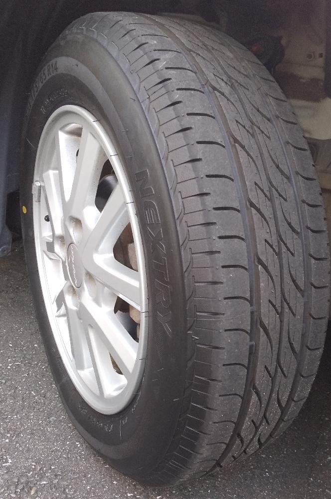 市販の乗用車のタイヤでF1タイヤ(13インチ時代)に最も近い断面幅と断面高の割合は画像の175/65R14ですか?