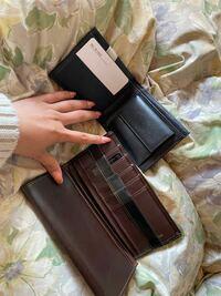 兄と彼氏に財布をプレゼントしようと思っています。 姉に見せたらそんなの貰っても嬉しくないと言われてしまいあげるか悩んでいます。 これとは別でメインプレゼントの準備もしています。 兄20代半ば 彼氏20代前半です。 兄が長財布 かれしに2つ折りをあげる予定です。 皆さんから見てこの財布はあげない方がいいですか?