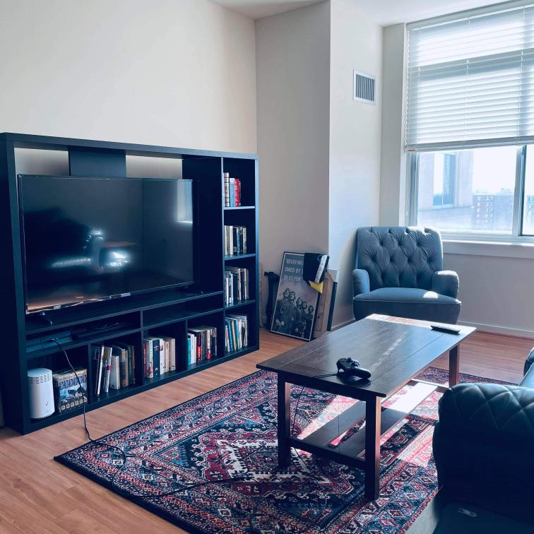 こちらのリビングルーム、テレビ台のキューブ型の収納スペース(本が入っている部分です)全部にピッタリ合う白いキューブ型のケースを入れて、アームチェアとソファーの間に白&茶色のフロアスタンドライトを設置する 場合、ラグを変更するとしたら色は何色が合うでしょうか。
