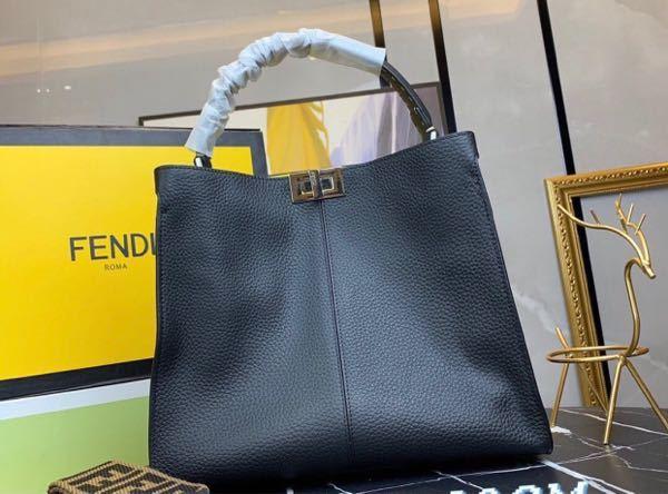 FENDIのピーカブーの購入を考えているのですが、写真のバッグのピーカブーの種類がわかる方教えて頂けないでしょうか。よろしくお願い致します。