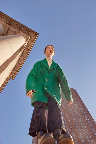 このグリーンのコート、どこのブランドがわかる方いますか?