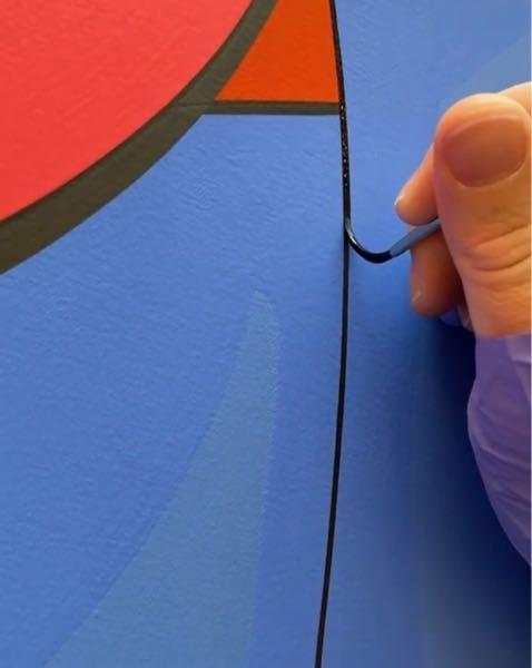 下の画像は、アクリル絵の具を使って書いてると思うのですが、なんでこんなに表面がフラットに描けるのかわかりません。 書くと普通、絵の具が盛り上がったり、筆目が出たりすると思います。 何かこんなフラットに塗る技術的なものがあるのですかね? それとも隠蔽力の高い絵の具でひと塗りで済ますとかですかね? それとも、サンドペーパーで削る? 何かご存知の方がいましたらお教えいただきたいです。 よろしくお願い致します。