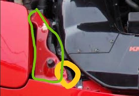車の業者オークション等での修復歴についてです。写真の緑の囲いの部分を交換したら修復歴有になりますか? あと、写真の黄色の囲いの部分に錆が少しあるのですが、板金とかはしない方がいいですか? 車種は RX-7になります。