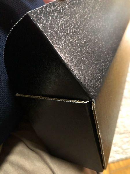 カードストレージボックスを買ったのですが、こんな感じで蓋の横の部分が隙間に入らず、しっかり閉まらない状態になってしまいます。 どうすれば隙間に入るのでしょうか?