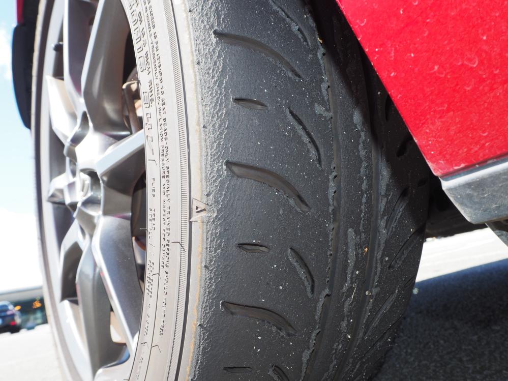 これは自分のタイヤが溶けているのでしょうか? もしくは他車のタイヤカス拾っただけでしょうか?