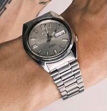 こちらの写真の腕時計はどこの何か分かりますでしょうか?