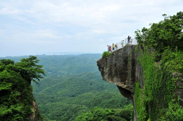千葉県の鋸山にある飛び出した岩が取れて落ちることはないのでしょうか。いつか行ってみたいなって思ってたのですがだんだん怖くなってきたので教えて欲しいです。