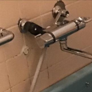 在来工法の浴室に、古い配水管の名残があります。 写真のとおりなのですが、これをきれいにしたいです。 周りのタイルを剥がして、新しいタイルを貼ることは可能でしょうか。 その場合は出ている部分を切るのでしょうか? 新しい水栓の根元が向かって左は黒いのですがこれはそういう商品ですか? 水栓の付け根も丸いカバーがついてないように見えて、直したいのですがこの部品だけ購入はできますか? 水栓ごと交換が必要ですか?