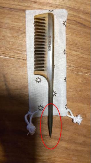 櫛を購入したのですが、下の部分が尖っていてカバンに入れていると稀に手に刺さります。この部分は切り落とそうかと思っているのですが、なにか他の方法はありますでしょうか? (プラスチックの硬いカバーに一度したら、カバンの中で貫通していました)