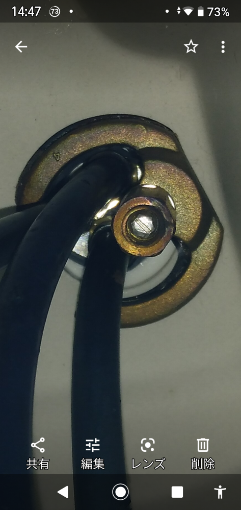 洗面台の混合水栓交換についての質問です。 シャワーヘッド側、洗面台下は普通のナットだったので水栓用のスパナで簡単に取り外せました。 レバー側が、ナットらしきものがなく、どのように外したらいいのかわかりません。 水栓は、FA 247HGLです。 画像を見てわかる方がいらっしゃいましたら、教えて下さい。 宜しくお願いします。