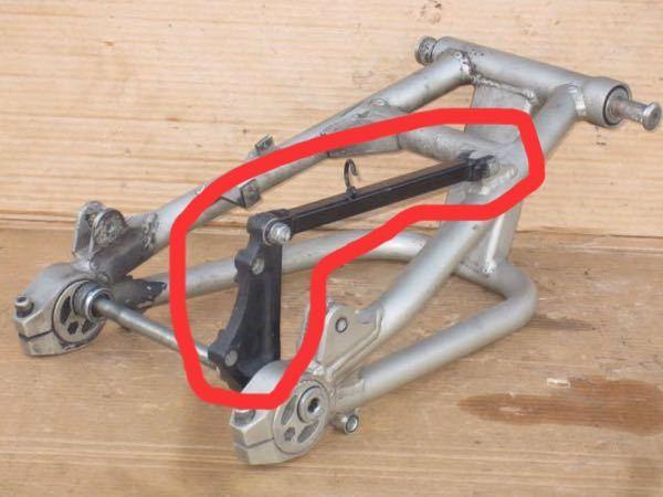 スイングアームについて質問です。 この赤枠の部品の名前はなんですか?