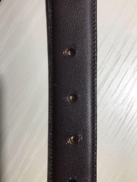 ユニクロのベルトの穴開けを頼んだら傷が付いてしまいました。店員さんによると機械の使用上仕方がないとのことでしたが、こんなものなんですか?