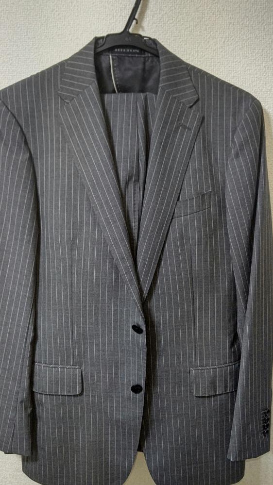今度、人材派遣営業の会社に初出社になるのですが写真のようなスーツより黒のスーツが無難でしょうか? よろしくお願いいたします。